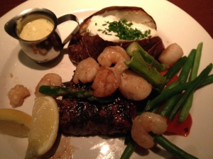 Manhattan cut New York with shrimp, scallops, asparagus and bearnaise sauce